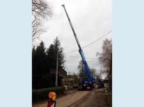 Fußgängerbrücke in Niederbobritzsch wird zwischen vielen Kabeln eingefädelt