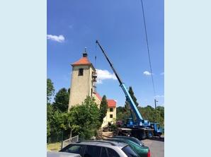 Glocke wird aus dem Kirchturm Bieberstein gehoben